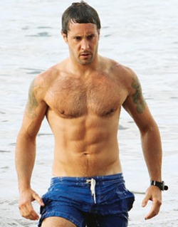 Alex-oloughlin-hawaii-five-0-bathing-suit-shirtless